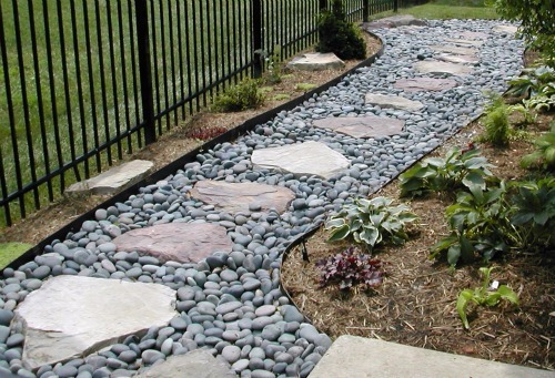 Landscaping With Rocks And Pebbles : Garden path gravel and stepping stones