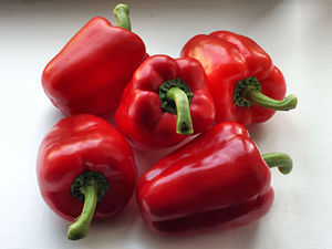 English: Red bell peppers. Suomi: Punaisia pap...